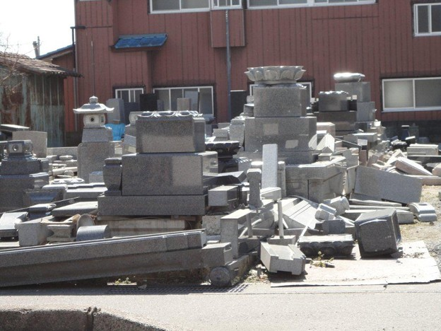 Photos: 石材店前の墓石展示の倒壊状況