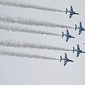 写真: 水平飛行なブルーインパルス