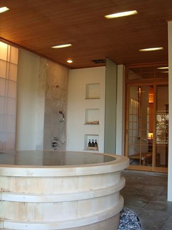 丸いお風呂を外から見る@強羅花壇