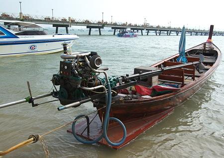 コーラル島へは、この舟で行きます。