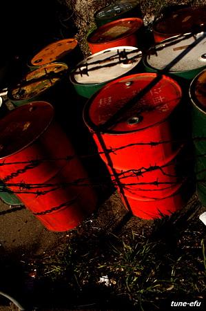 対馬にて・・バラ線とドラム缶