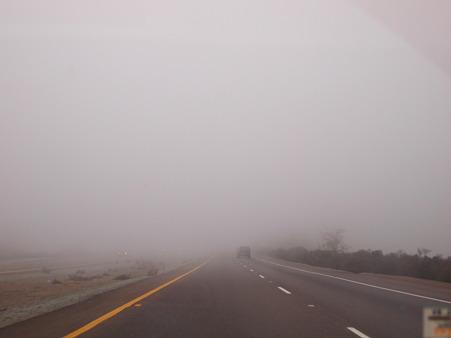 霧がかかる高速