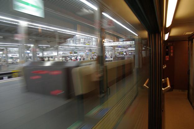 s6908_大阪駅10番線を発車
