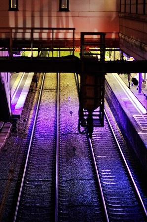 虹色電車がやってくる。