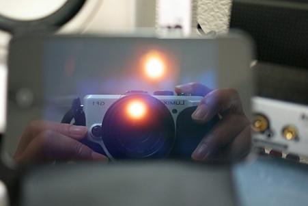 2010.11.26 机 iPod touchをGF1がロックオン