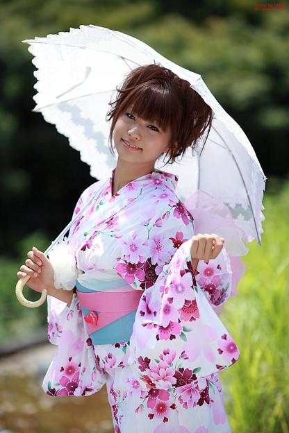 日傘をさす安枝瞳