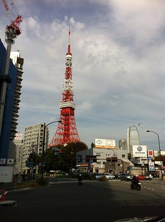 まだてっぺんが曲がっている東京タワー