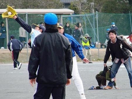 外に居るコーチが驚くジャンピングキャッチ