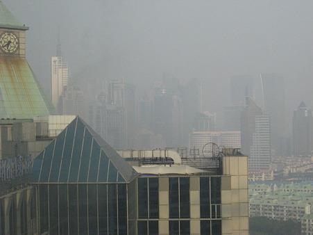 朝の上海高層ビル群