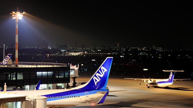 夜の伊丹空港の写真です。